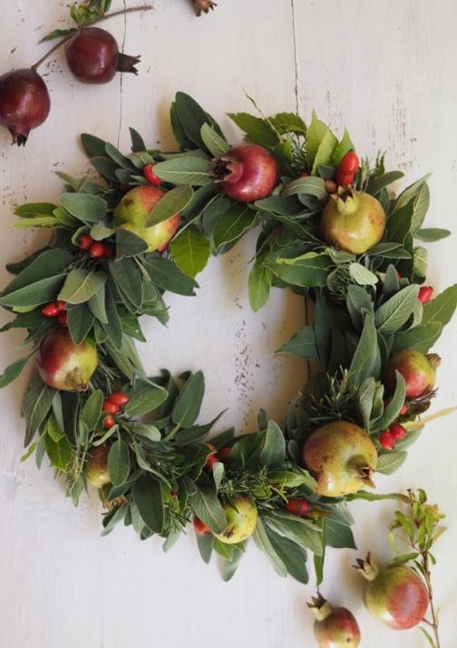 La tavole delle feste in stile naturale con decorazioni di frutta di stagione ed erbe aromatiche.